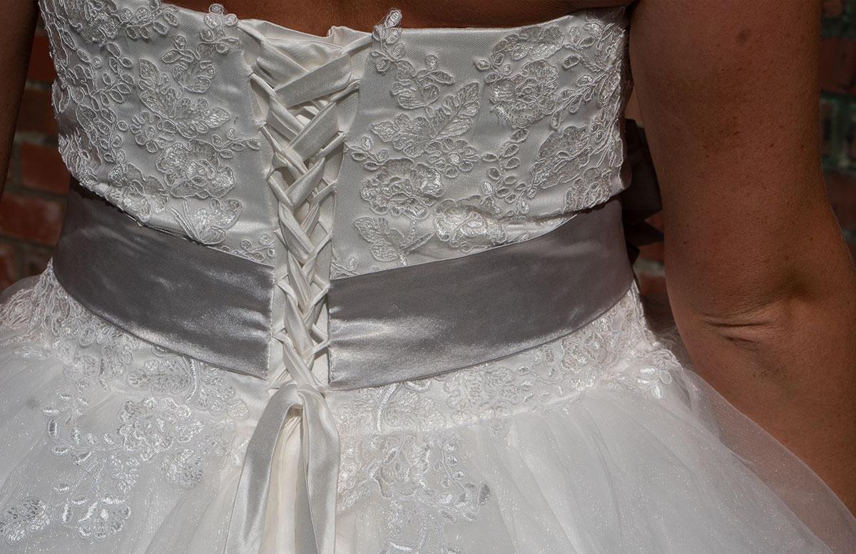 Wir-werden-heiraten-Wo-kaufe-ich-nur-mein-Brautkleid-rücken