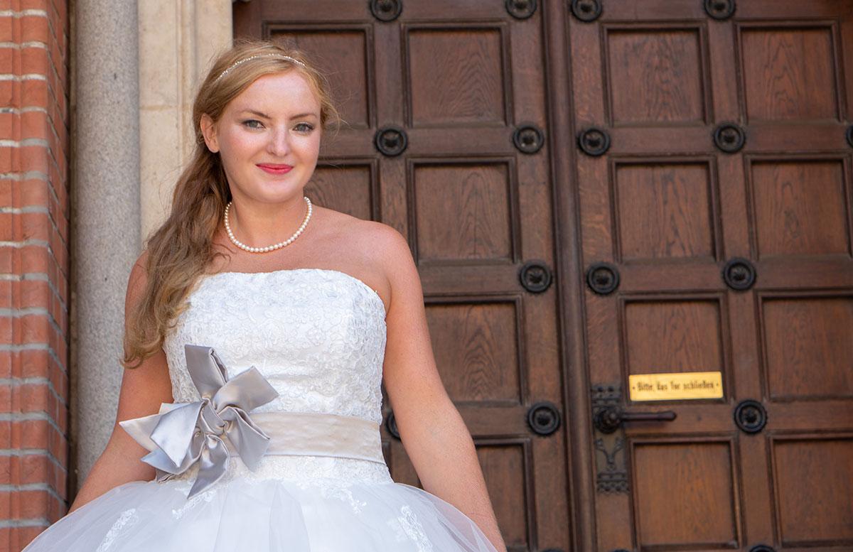Wir-werden-heiraten-Wo-kaufe-ich-nur-mein-Brautkleid-vicky-portrait