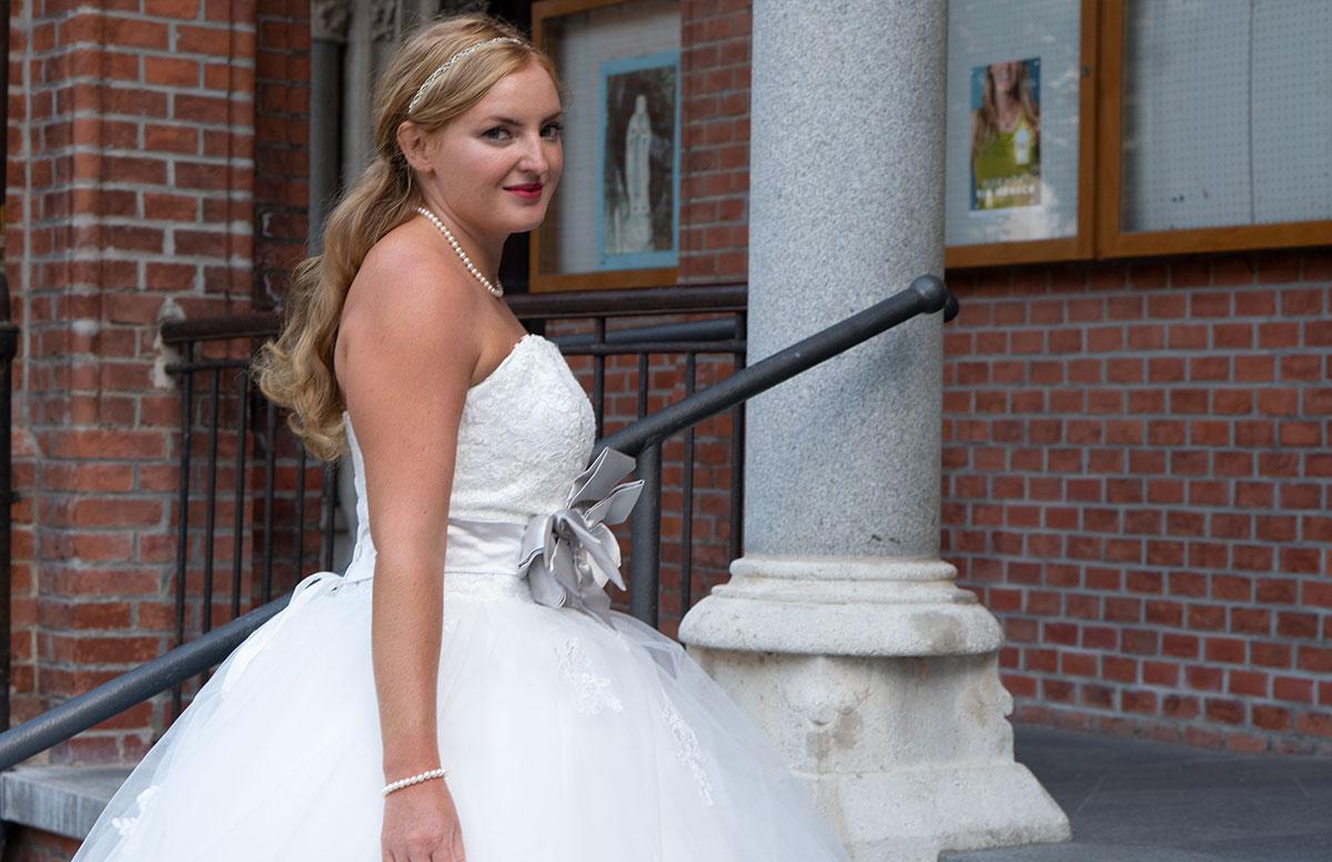 Wir-werden-heiraten-Wo-kaufe-ich-nur-mein-Brautkleid-vicky-von-der-seite