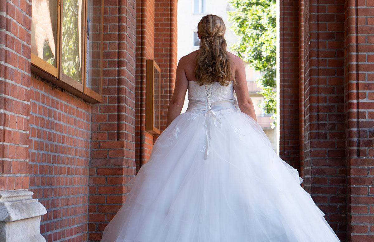 Wir-werden-heiraten-Wo-kaufe-ich-nur-mein-Brautkleid-vicky-von-hinten-groß