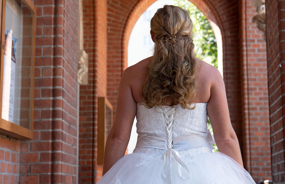 Wir-werden-heiraten-Wo-kaufe-ich-nur-mein-Brautkleid-vicky-von-hinten