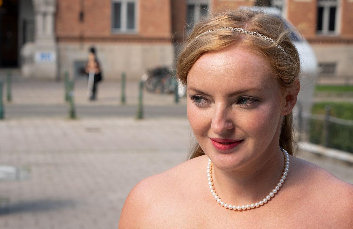 Wir-werden-heiraten-Wo-kaufe-ich-nur-mein-Brautkleid-vicky-von-vorne-portrait-detail