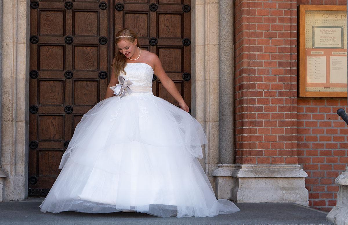 Wir-werden-heiraten-Wo-kaufe-ich-nur-mein-Brautkleid-vicky-von-vorne-reifrock