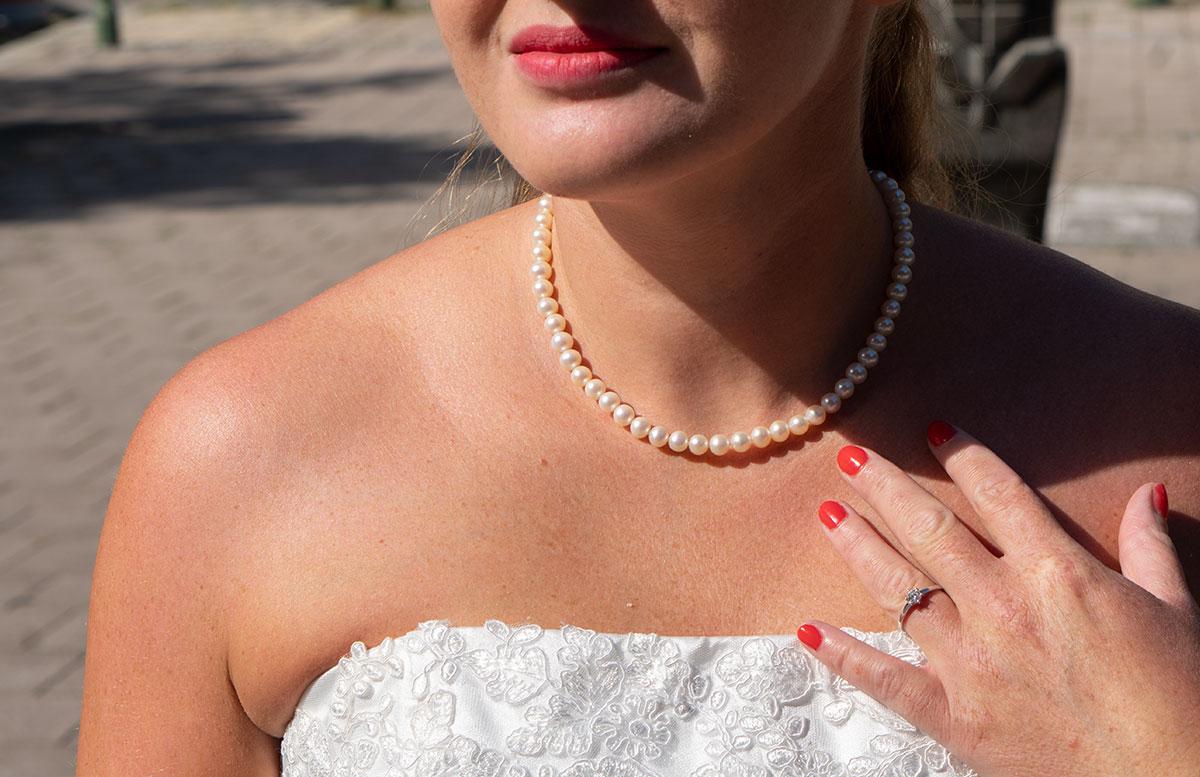 Wir-werden-heiraten-Wo-kaufe-ich-nur-mein-Brautkleid-vicky-von-vorne-ring-detail