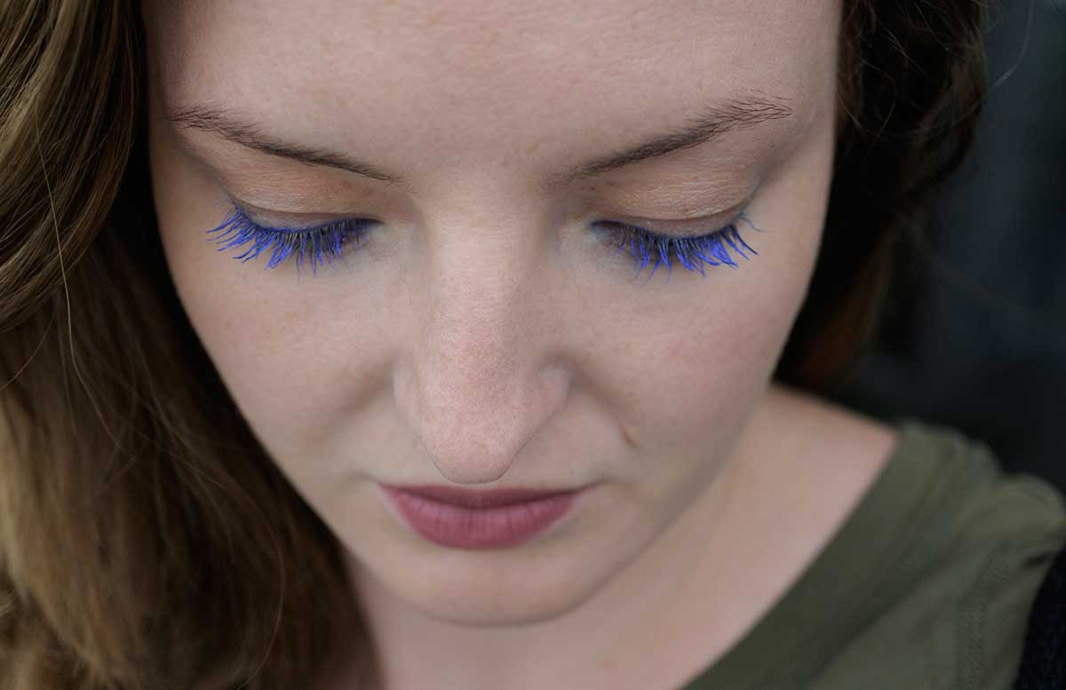 Blue velvet summer look mit Isadora wimpern blau