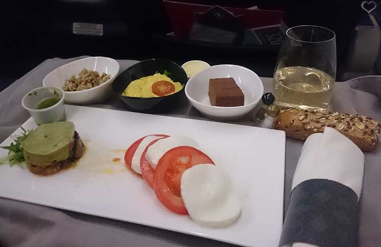 business-class-dinner-flugzeug-turkish-airlines-soma-bay