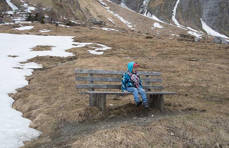 lenny-auf-der-bank-nationalpark-hohe-tauern