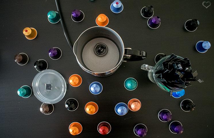 milchaufschäumer-nespresso-von-oben-mit-kapseln