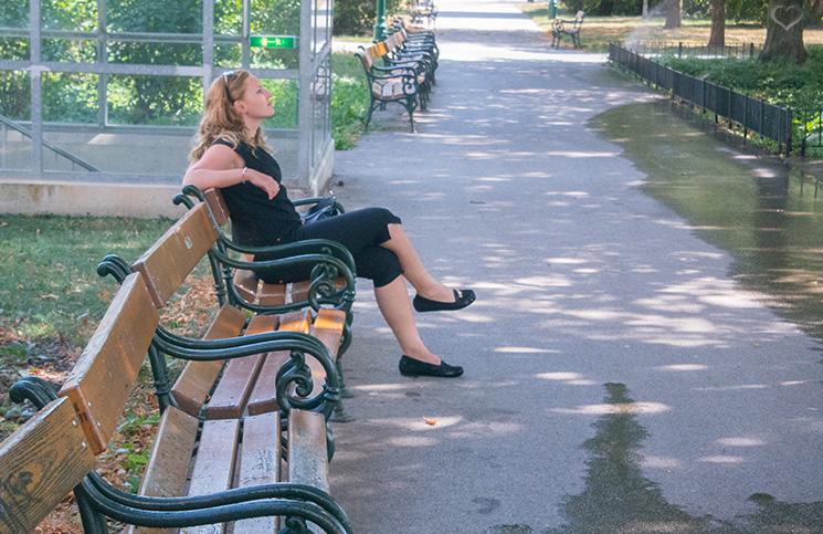 sitzen-auf-parkbank-und-warten-fashion-blogger
