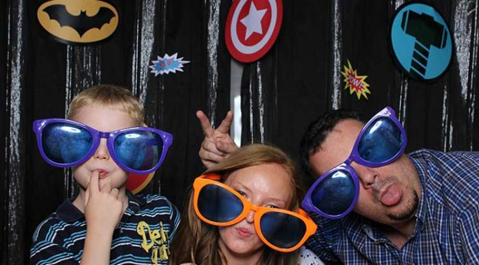 superheroes-Kindergeburtstag-mit-der-Pixolino-Box-große-brillen