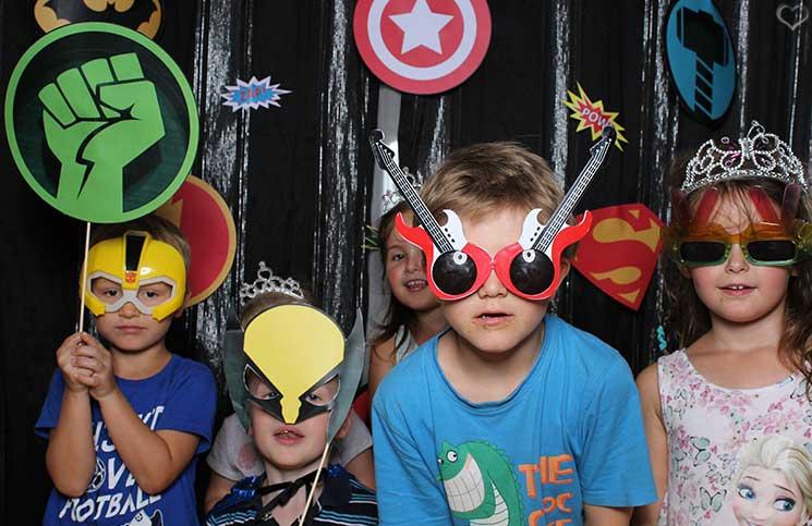 superheroes-Kindergeburtstag-mit-der-Pixolino-Box-viele-verkleidete-kinder