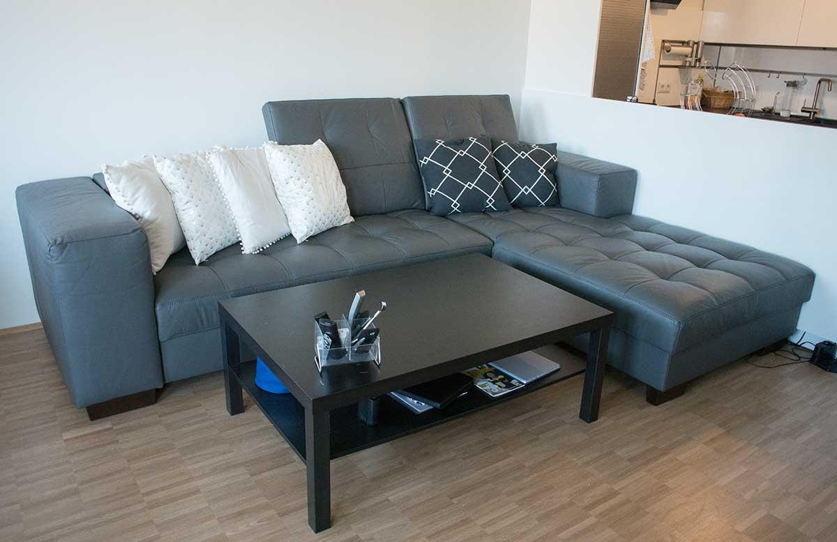 unsere neue Wohnung Wohnzimmer und K  che blaugraue ledercouch home24