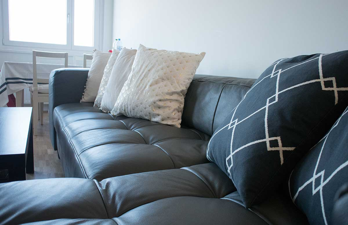 unsere neue Wohnung Wohnzimmer und K  che gem  tliche couch mit polster von h6m