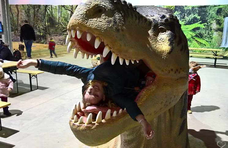 vicky-im-Mund-des-dinosauriers-world-of-dinosaurs