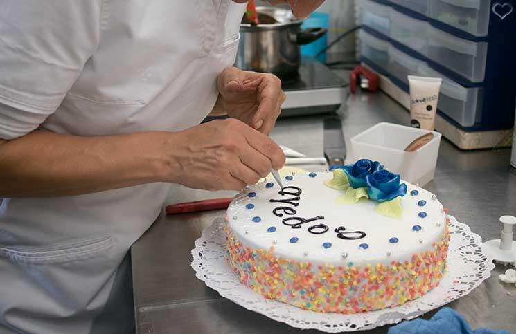 zuckerbäcker-workshop-bei-Groissböck-torte-verzieren
